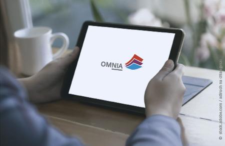 Zwei Hände halten ein Tablet, darauf ist das OMNIA Logo zu sehen