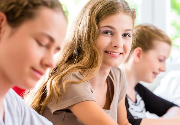 Wissenslücken - Mädchen schaut her