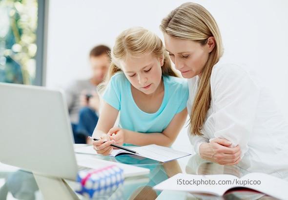Mutter hilft ihrer Tochter beim Lernen